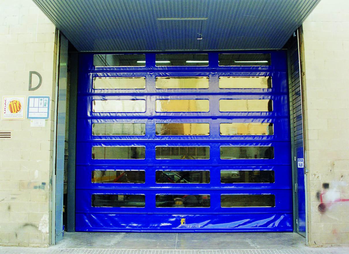 Niebieska brama wielkogabarytowa WinFold z przeźroczystymi okienkami.