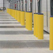 Słupki Panelchok chroniące powierzchnie pomiędzy bramami wjazdowymi do obiektu.