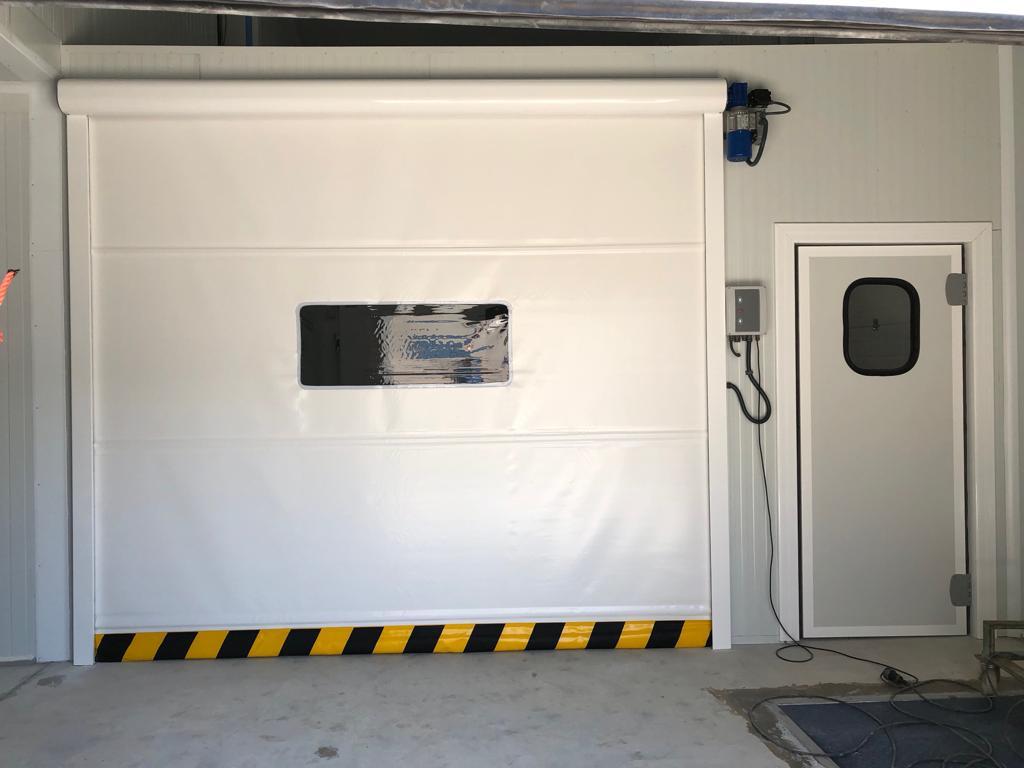 Biała brama WinPractic z dwiema bocznymi prowadnicami i dolną listwą bezpieczeństwa.