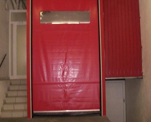Wąska brama przemysłowa rolowana WinRoll 150 w kolorze czerwonym.