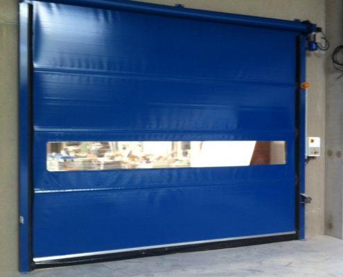 Szeroka standardowa brama WinRoll 150 w kolorze niebieskim.