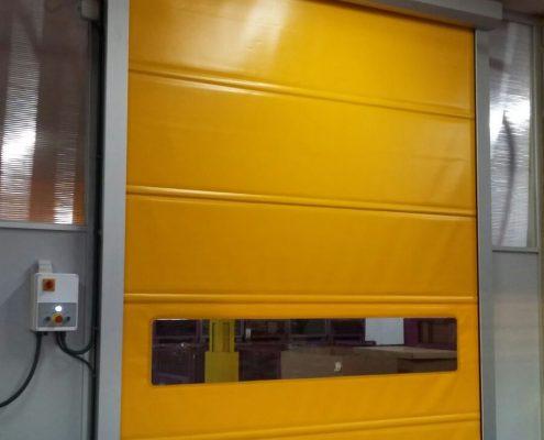 Szybkobieżna brama WinRoll Alu w kolorze żółtym odporna na agresywne środowisko pracy.