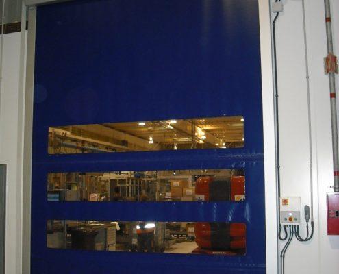 Szybkobieżna wysoka brama WinRoll Alu w kolorze niebieskim odporna na agresywne środowisko pracy.