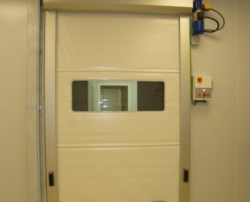 Szybkobieżna brama WinRoll Alu w kolorze białym odporna na agresywne środowisko pracy.
