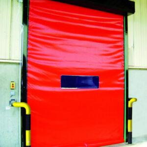 Czerwona brama samonaprawialna WinSelf umożliwiająca wyjazd na zewnątrz obiektu.