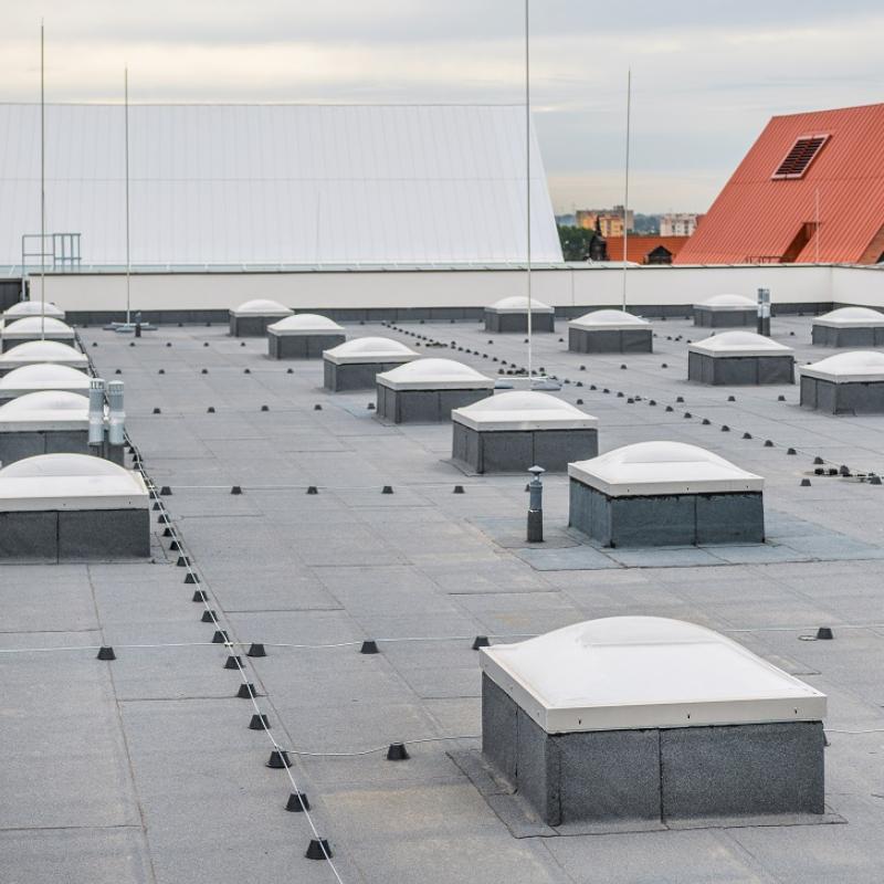 Oddymianie grawitacyjne, wentylacja pożarowa i zabezpieczenia konstrukcji Mercor